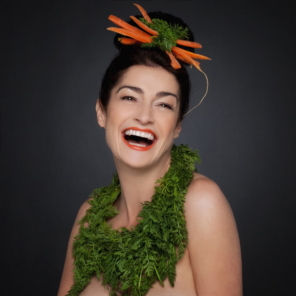 Portrait einer Frau mit aufwendigem Kopf- und Halsschmuck aus Karotten