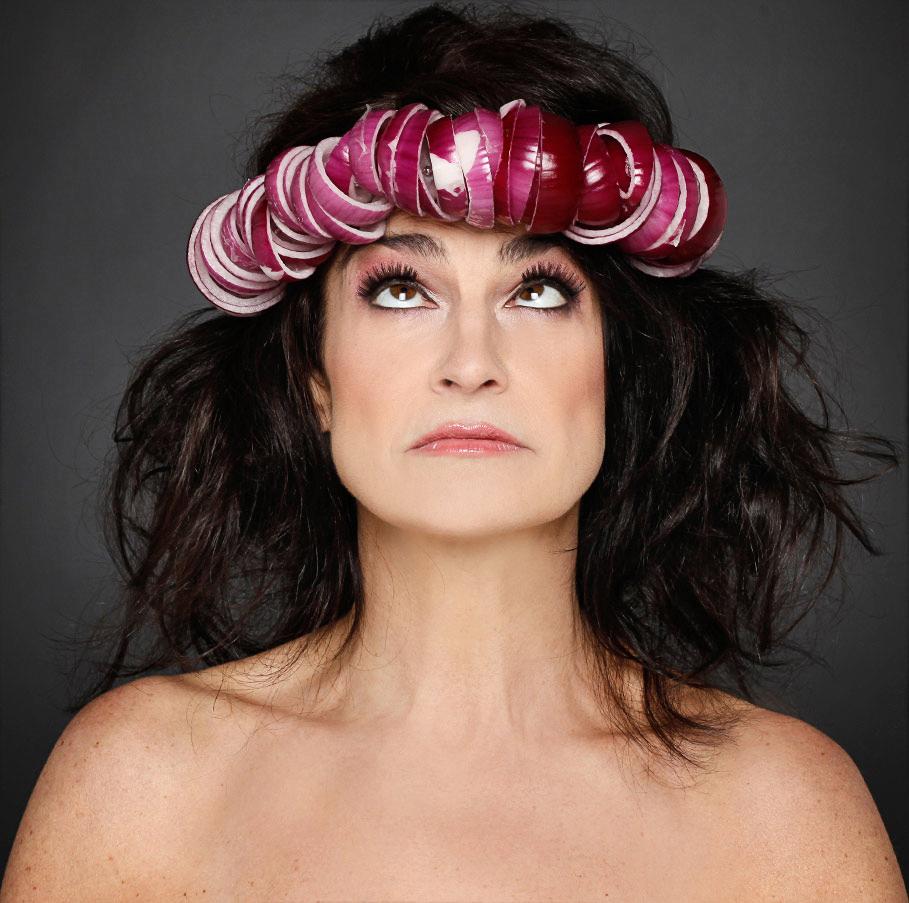 Portrait einer Frau mit Kopfschmuck aus Zwiebeln