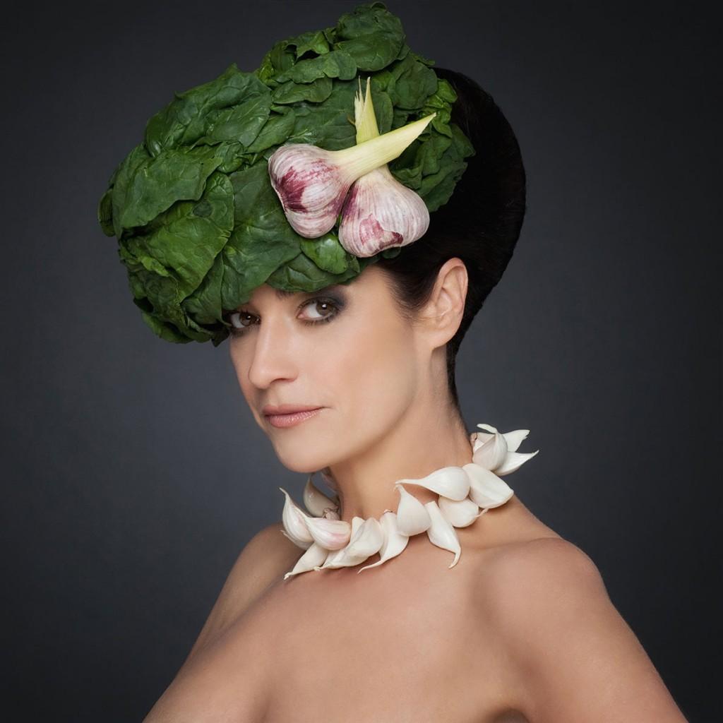 Portrait einer Frau mit Kopf- und Halsschmuck aus Knoblauch