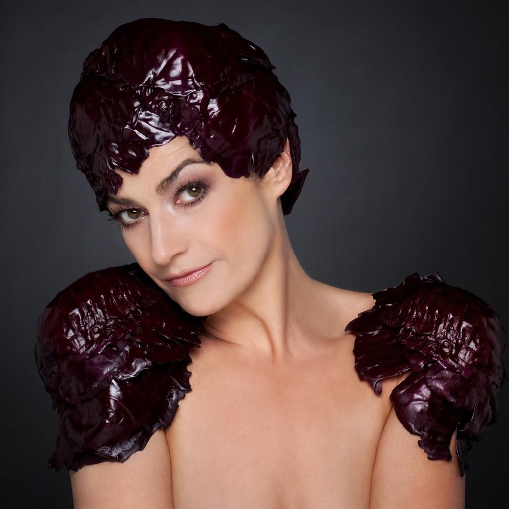Portrait einer Frau mit Kopf- und Schulterschmuck aus Rotkraut