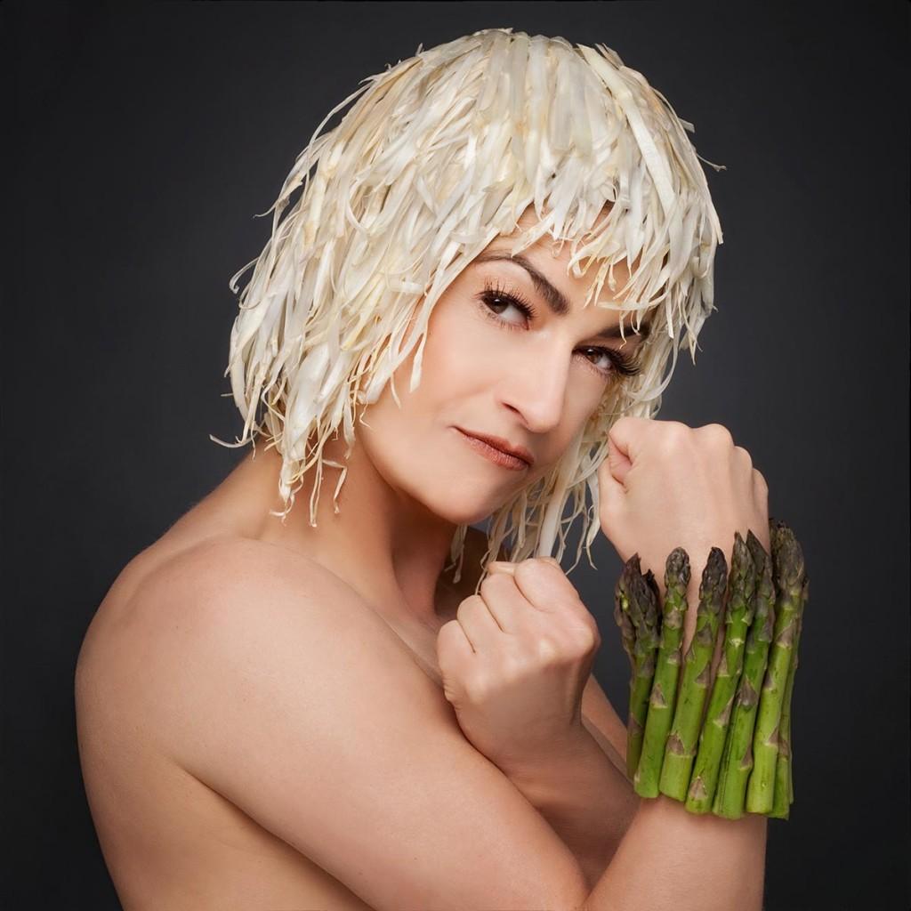 Portrait einer Frau mit Kopf- und Armschmuch aus Spargel